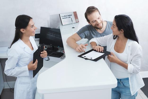 Um homem e uma mulher vieram ver um dentista