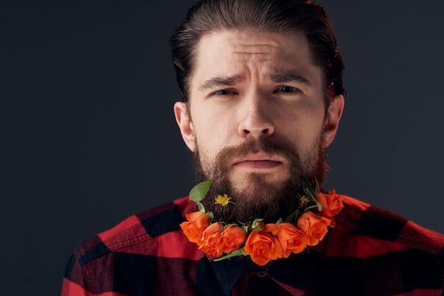 Um homem elegante com uma camisa xadrez flores em um fundo escuro de close-up de barba. foto de alta qualidade