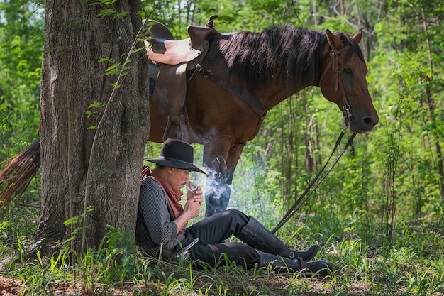 Um, homem, em, um, boiadeiro, equipamento, com, seu, cavalo