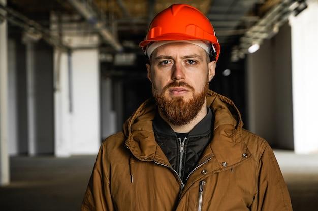 Um homem em um capacete olha para o quadro