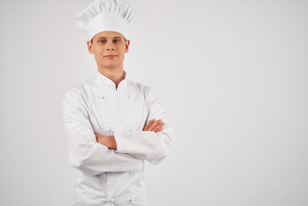 Um homem em um uniforme de chef de cozinha, profissionais de autoconfiança trabalham