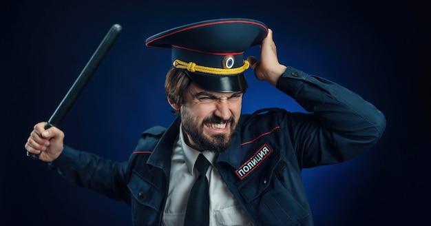 Um homem em um uniforme de policial russo com um bastão tradução para o inglês - police