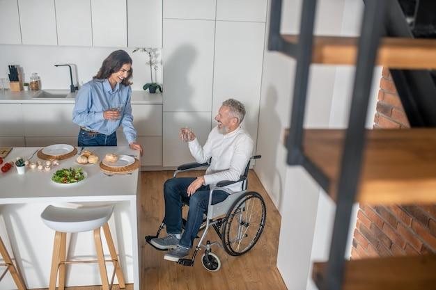 Um homem em uma cadeira de rodas e sua esposa passando a manhã juntos