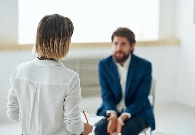 Um homem em uma consulta psicológica terapia estresse tratamento comunicação