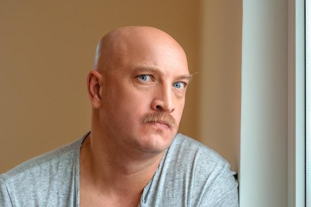 Um homem emocional com um bigode diferentes expressões faciais no rosto
