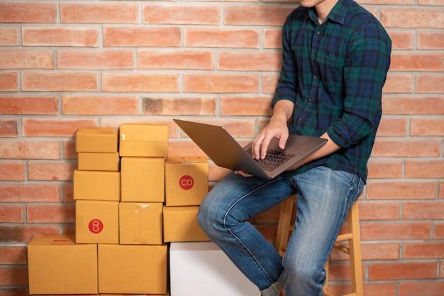 Um homem empreendedor proprietário pme negócio é caixa de embalagem para enviar seu cliente