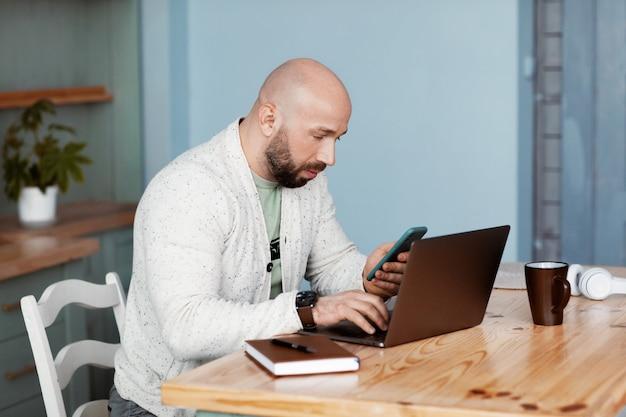 Um homem está discutindo negócios com parceiros de negócios por telefone