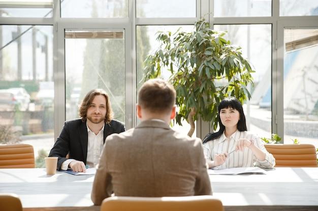Um homem está em uma entrevista de emprego