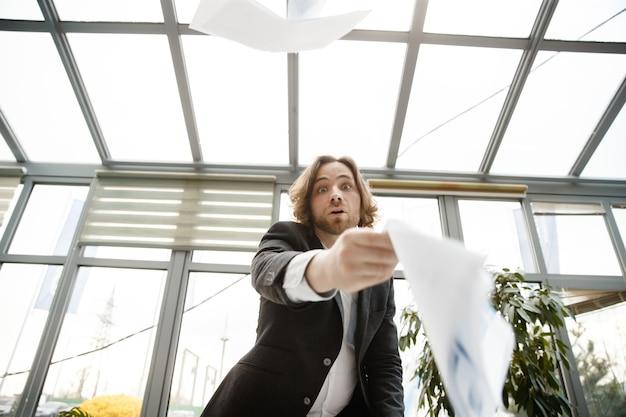 Um homem está estendendo a mão para a câmera