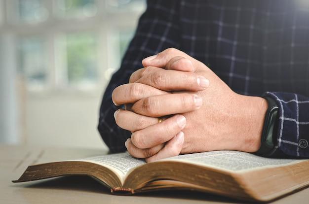 Um homem está orando a deus por meio de suas palavras.