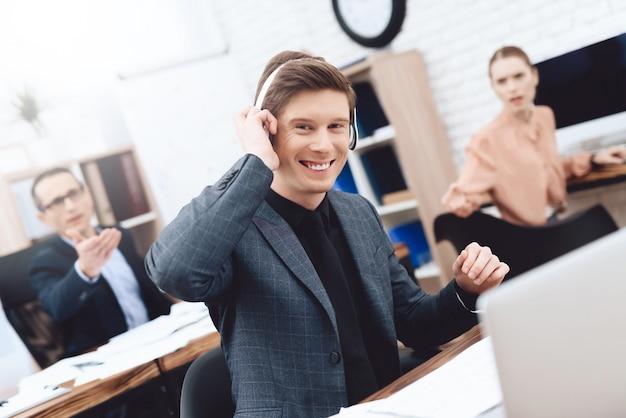 Um homem está ouvindo música em fones de ouvido.