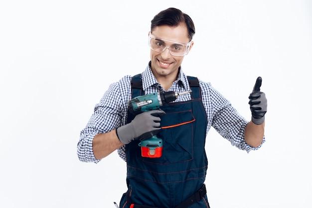 Um homem está posando com uma chave de fenda.