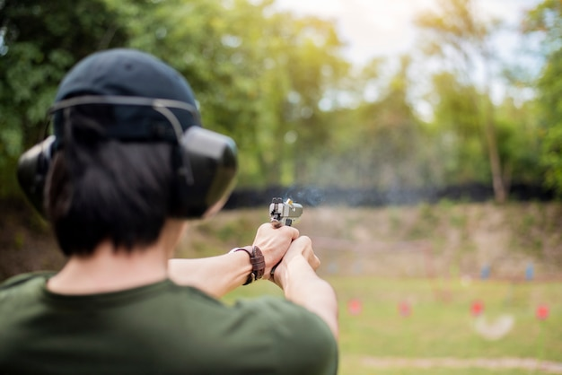 Um homem está praticando tiro arma