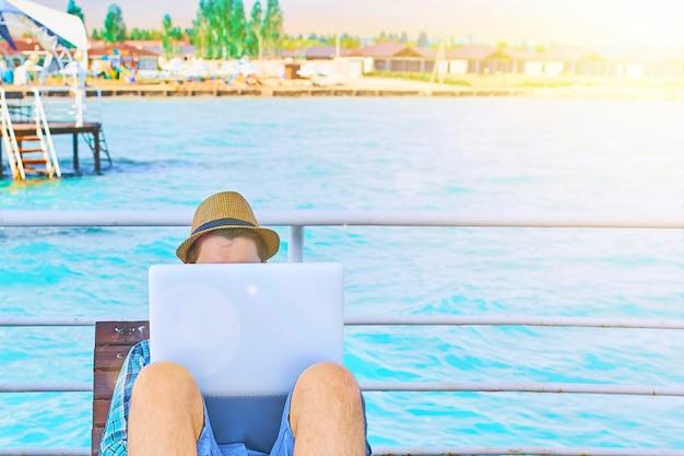Um homem está trabalhando em férias.