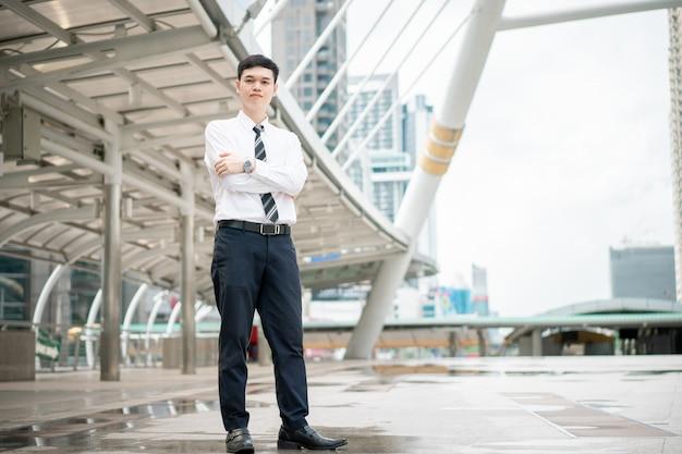 Um homem está vestindo uma camisa branca e gravata.