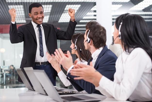 Um homem explica aos funcionários como trabalhar.