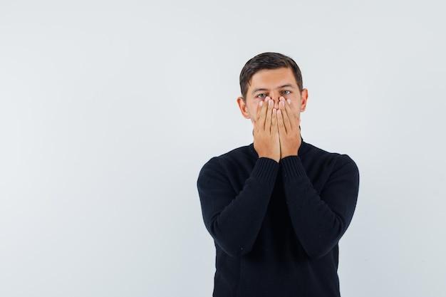 Um homem expressivo posa no estúdio
