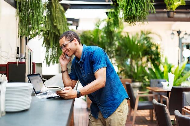 Um homem falando ao telefone