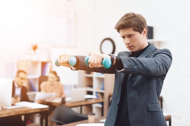 Um homem faz exercícios de ginástica no trabalho.