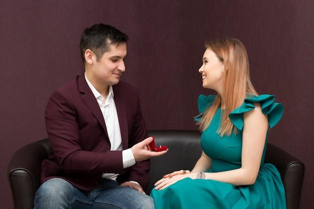 Um homem faz uma proposta para uma garota