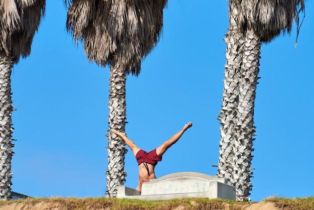 Um homem fazendo yoga em san diego, eua