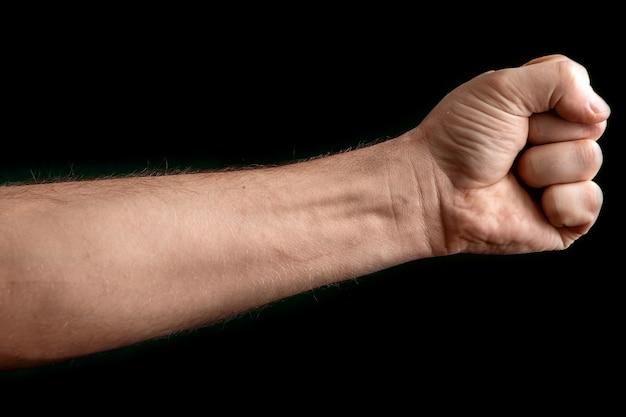 Um homem forte levantou o punho em preto