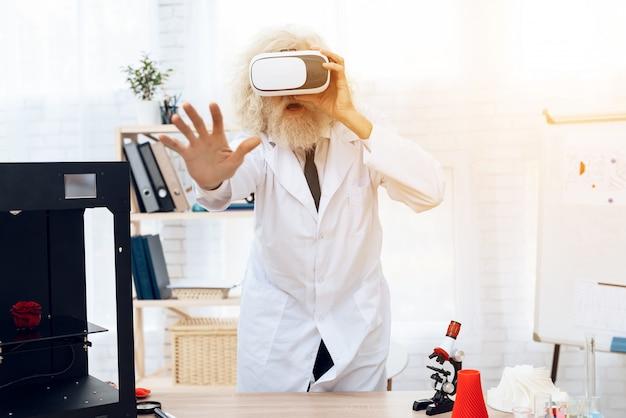 Um homem idoso é um cientista em uma sala de laboratório.