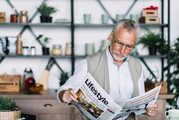 Um, homem idoso, jornal leitura