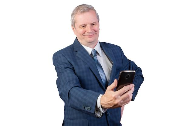 Um homem idoso se comunica por vídeo-comunicação. isolado em um fundo branco. para qualquer propósito.