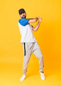 Um homem jogando beisebol