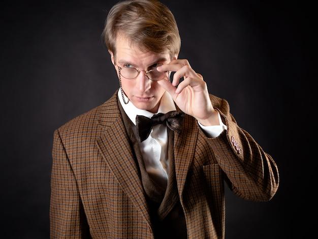 Um homem jovem e sólido à imagem de um cientista vitoriano,