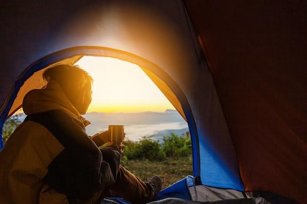 Um, homem jovem, sentando, em, a, barraca, com, xícara café segurando
