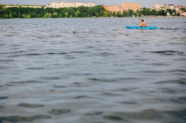 Um, homem, kayaking, ligado, a, água, ondulado, superfície, de, lago