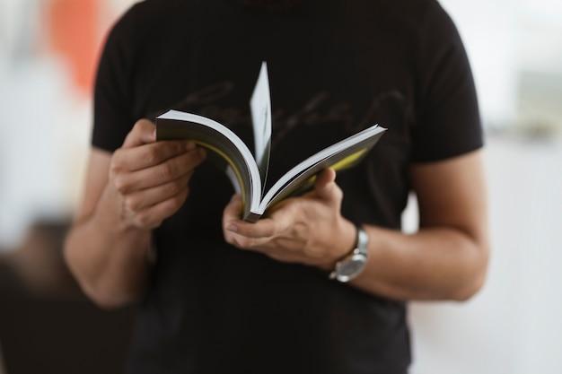 Um homem lendo um livro