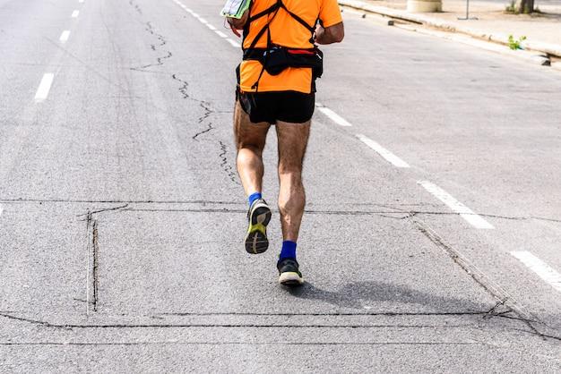 Um, homem maduro, corredor, equipado, com, fanny, pacote, fazendo, esporte, para, exercitar, seu, pernas executando