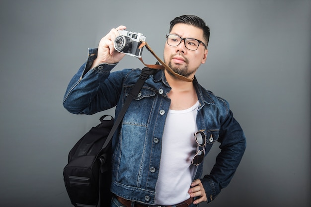 Um homem maduro leva sua mochila e equipamento para viajar.
