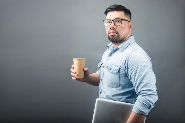 Um, homem maduro, segurando, um, computador, e, café