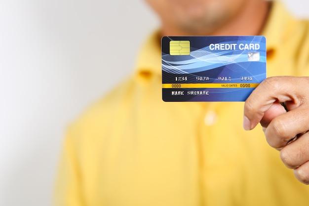 Um, homem, mostrando, cartão crédito, branco