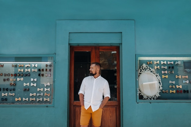 Um homem na cidade velha de la laguna, na ilha de tenerife, em um dia ensolarado, no contexto de um balcão com borboletas em fantasias. borboletas para fantasias masculinas nas ilhas canárias. espanha.