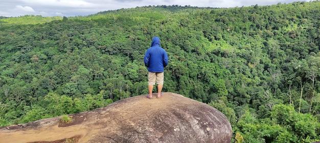 Um homem na paisagem do ponto de vista da montanha na província de phetchabun, tailândia.