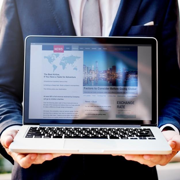 Um, homem negócios, apresentando, notícia, ligado, um, laptop