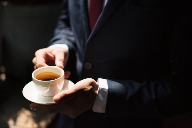 Um, homem negócios, comendo café