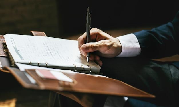 Um, homem negócios, escrita uma nota