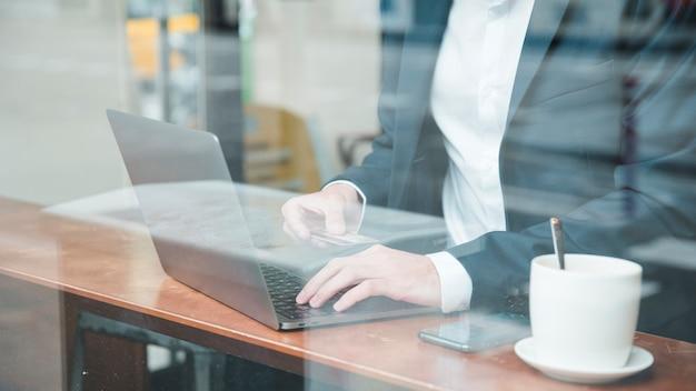 Um, homem negócios, fazendo compras online, usando, cartão crédito