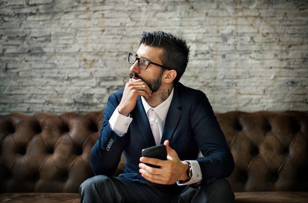 Um, homem negócios, usando, um, smartphone