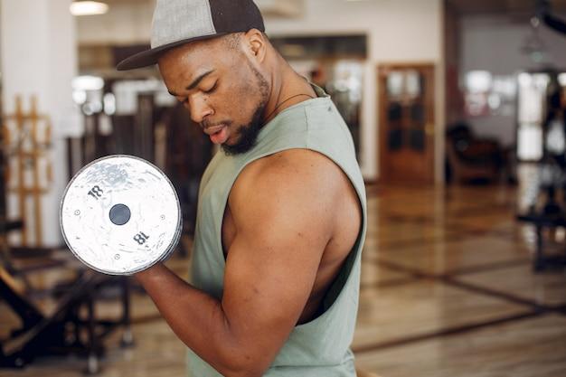 Um homem negro bonito está envolvido em um ginásio