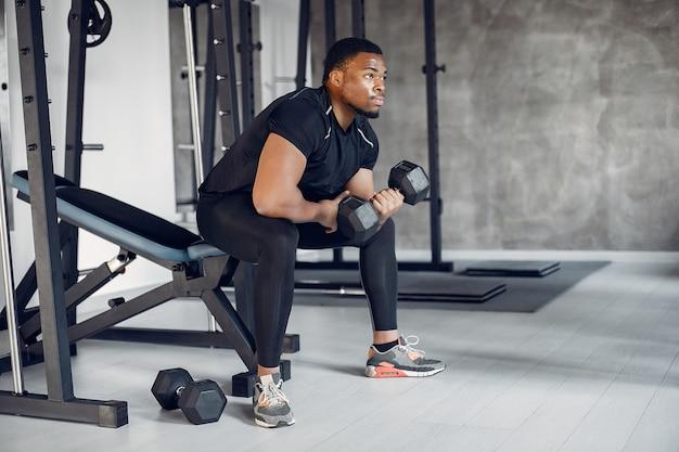 Um homem negro bonito está envolvido em uma academia