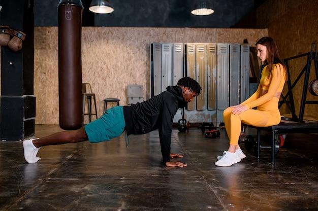 Um homem negro e uma menina estão praticando esportes e se batem em cinco fotos de alta qualidade