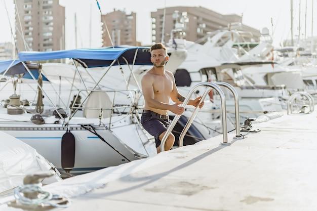 Um homem no porto preparando o iate para a viagem