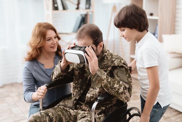 Um homem olha para óculos de realidade virtual.